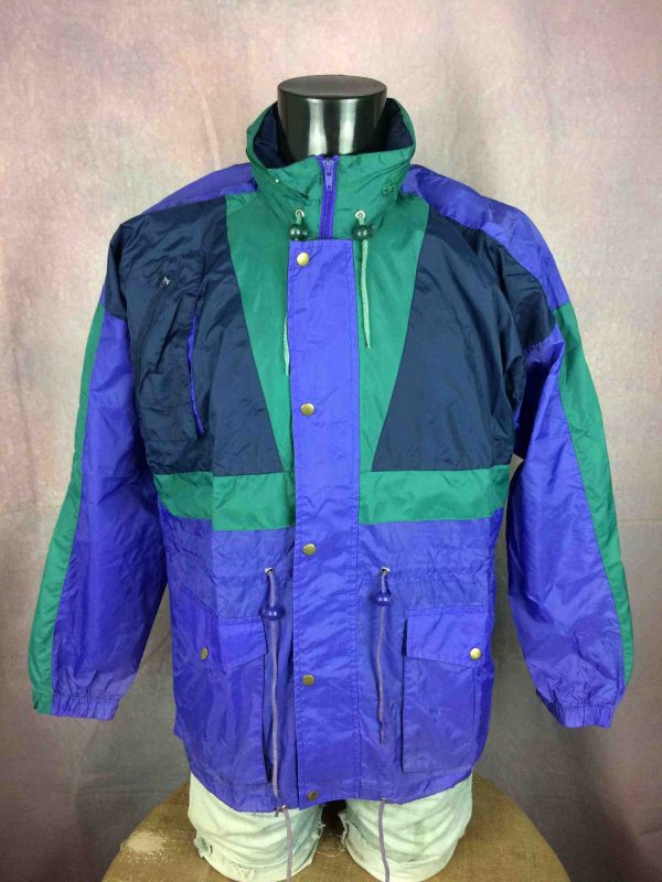 """CHALLENGER Rain Jacket Veste Nylon Windbreaker Waterproof True Vintage 90s Rave - XL - 16€ CHALLENGER True Vintage 90s MENSURATIONS : Taille indiquée / Tag Size: 44-46 (= XL) - d'aisselle à aisselle = 62 cm environ / armpit to armpit: 24.4"""" - du col au bas du vêtement = 78 cm environ / from collar to bottom: 30.7"""" - manches : 52 cm / sleeves: 20.47"""" 100% polyamide 286g PETITES TACHES - SMALL STAINS* Scroll / Faire défiler annonce"""