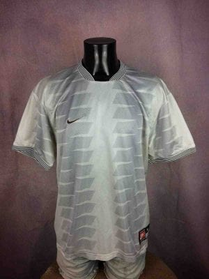 "NIKE Team Jersey Maillot Camiseta True Vintage 90s White Tag Made in UK Sport Old School - XL - 16€ NIKE Team Sports True Vintage 90s  Made in UK White Tag MENSURATIONS : Taille indiquée / Tag Size: XL - aisselle à aisselle = 58 cm / armpit to armpit: 22.83"" - du col au bas du vêtement = 74 cm / from collar to  bottom: 29.13"" 100% polyester 232g PETITES TACHES - SMALL STAINS #football"