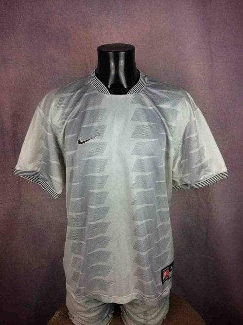 """NIKE Team Jersey Maillot Camiseta True Vintage 90s White Tag Made in UK Sport Old School - XL - 16€ NIKE Team Sports True Vintage 90s Made in UK White Tag MENSURATIONS : Taille indiquée / Tag Size: XL - aisselle à aisselle = 58 cm / armpit to armpit: 22.83"""" - du col au bas du vêtement = 74 cm / from collar to bottom: 29.13"""" 100% polyester 232g PETITES TACHES - SMALL STAINS #football"""