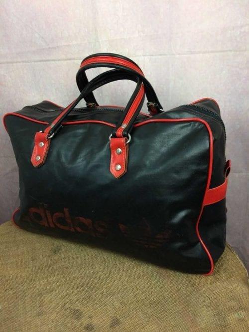 Sac de Sport ADIDAS, Véritable vintage années 70s, Trefoil, 2 poignées de transport, Zip fonctionnel, Coutures solides et non altérées, Crampons au dessous, Faux cuir, Bag