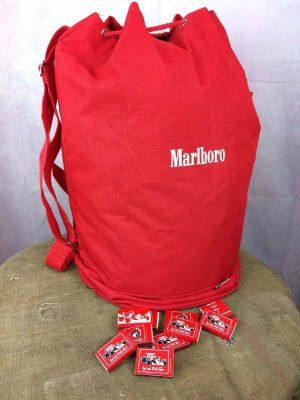 Sac Marin Paquetage MARLBORO, Véritable vintage années 90s, Made in Taiwan, Bandoulière réglable, poignée de transport, rangement zippé inférieur, Fermeture par cordon, Polyester épais, Coutures solides et non altérées, Bag