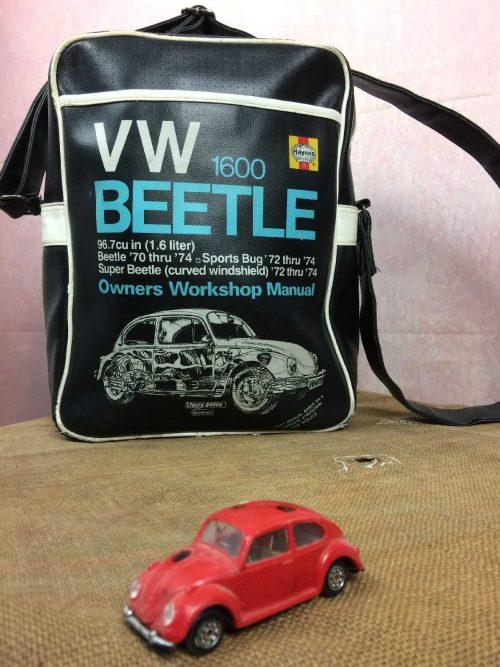 SacocheVW 1600 BEETLE, de marqueHaynes, Summer Collection, Bandoulière réglable, Poche sur le devant fermée par scratch, Polyvinyl épais, Voiture Collection Bag