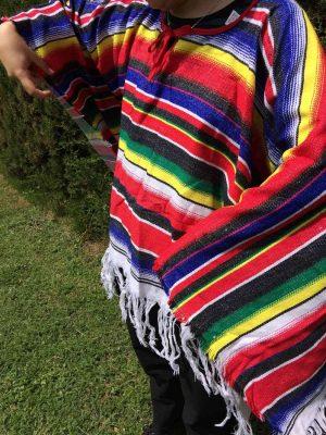 Poncho multicolore Modele Court a Franges Arc en Ciel 3 - Vetement Global
