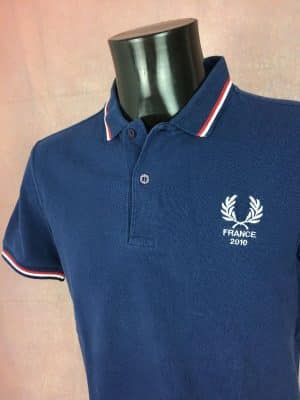 Polo Fred Perry, Modèle France 2010, Made in England, Pur Coton, Taille M, Couleur Bleu et Blanc, World Cup Football Mundial Coupe du Monde Homme