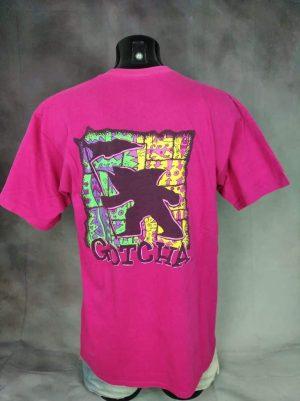 T-Shirt Gotcha, Véritable Vintage années 80s, Made in USA, Dos imprimé, Copyright Gotcha Sportswear Inc, Pur Coton, Taille M, Couleur Rose et Multicolore, Surf Longboard Homme