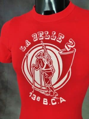 T-Shirt La Belle 2, 13e Bataillon Chasseurs Alpins, Véritable Vintage Années 80, Made in France, Marque Tilt, Imprimé Feutrine, Pur Coton, Taille XS, Couleur Rouge et Blanc, Old School Ski Armée Montagne Homme