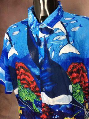 Chemise Rima, Véritable Vintage Années 00s, Manches Courtes, 100% Terryvoile Taille 2XL, Couleur Bleu et Multicolore, Poisson Ile Surf Océan Paréo Art Rock Design Shirt Homme